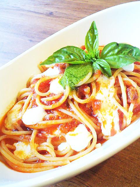 モッツァレラチーズとバジルが入った自家製トマトソース